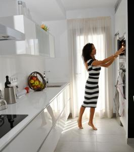 Een keuken of kitchenette bij Pura Vida Beach Suites