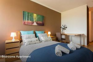 A bed or beds in a room at Cardoso Pires 2 Bedrooms Apt.