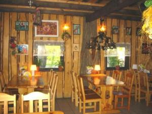 A restaurant or other place to eat at Czarci Młyn