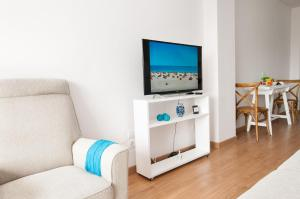 A television and/or entertainment center at Neptuno Beach Apartment