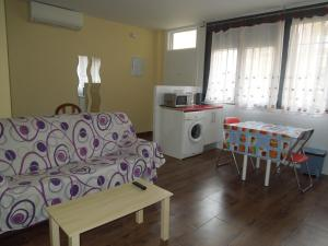 A seating area at Apartamento Cuatro Torres