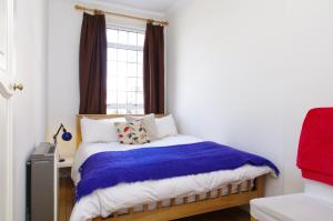 A bed or beds in a room at Quaint Kensington Pied-e-terre