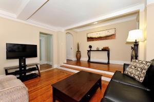 Χώρος καθιστικού στο Three-Bedroom Apartment with Two Bathrooms - East 55th Street