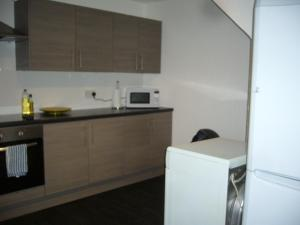 A kitchen or kitchenette at Dragon - Attlee Apartment 3 Bedroom Home