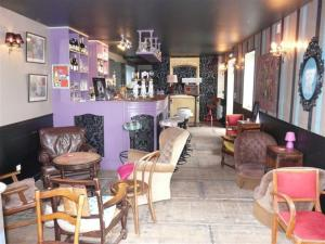 Area lounge atau bar di Les Mini-lofts de Paul et Virginie
