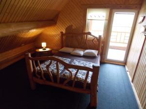 Tempat tidur dalam kamar di Guest House Kalniņi