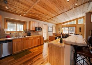 A kitchen or kitchenette at Caribou