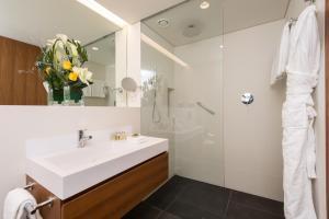 A bathroom at Fraser Suites Geneva - Serviced Apartments
