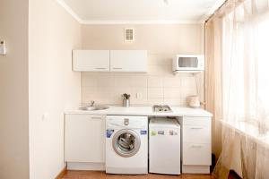 A kitchen or kitchenette at Leader NORD apartments on Belorusskaya