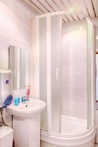 A bathroom at Leader NORD apartments on Belorusskaya