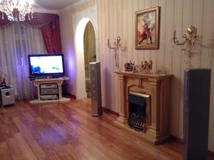 A television and/or entertainment center at Apartment on Snezhnaya 17