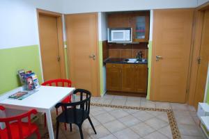 A kitchen or kitchenette at Metropolitan Studios