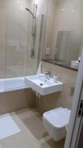 A bathroom at Apartment Gibson Road