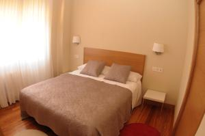 A bed or beds in a room at Getxo Apartamentos