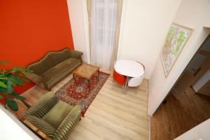 A seating area at Flat On Andrássy Avenue