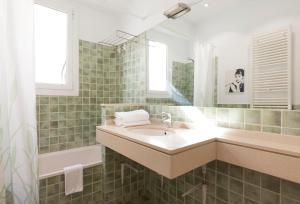 A bathroom at LetsGo Paseo de Gracia Garden