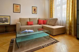A seating area at Ambiente Serviced Apartments - Tallerova