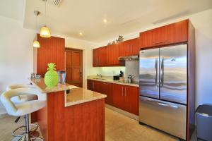 A kitchen or kitchenette at Aazure Porto Cupecoy