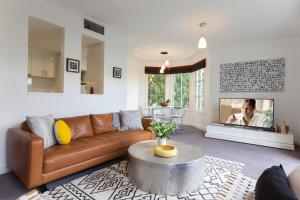 A seating area at Boutique Stays - Wellington Mews, Apartment in East Melbourne