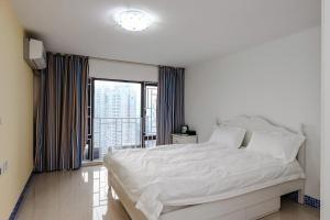 A bed or beds in a room at Shenzhen Reeger Apartment