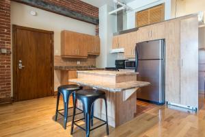 A kitchen or kitchenette at Sonder — Jeanne-Mance Park