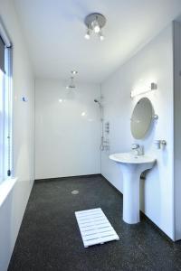 A bathroom at Mountain View Lodge