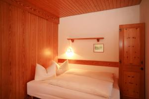 A bed or beds in a room at Gästehaus Etschmann