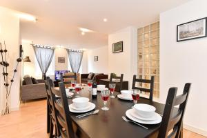 A restaurant or other place to eat at Chancery Lane City Apartments