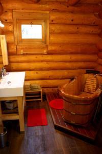 A bathroom at Gite En Rondins