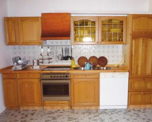 A kitchen or kitchenette at Ferienwohnung Hoffmann