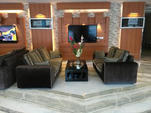 A seating area at Beet Al Malqa Furnished Apartments