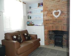 A seating area at Cosy Cottage in central Henley