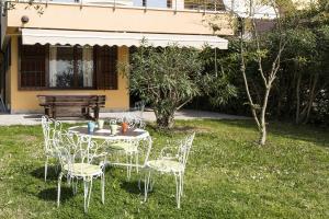 A garden outside Appartamento Rivalunga Bardolino
