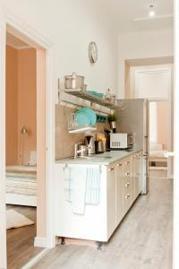 Kitchen o kitchenette sa Bright flat in heart of the city
