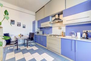Кухня или мини-кухня в Apartment on Efimova 1-2