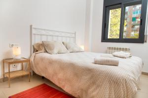A bed or beds in a room at New & Sunny Apartment