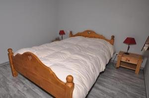 A bed or beds in a room at Ma cabane dans le Jura