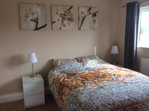 A bed or beds in a room at Lakeside Apartments Pittlands Fishery