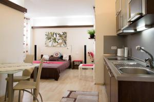 A kitchen or kitchenette at Old Town Apartment Rajska