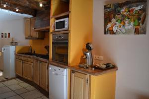 Cuisine ou kitchenette dans l'établissement L'oustal Les Fayards