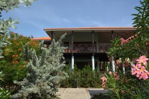 De façade/entree van Blue Bay Beach Villas