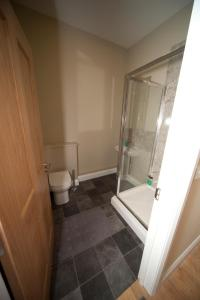 A bathroom at Lakeside Apartments Pittlands Fishery