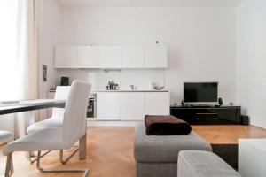 A kitchen or kitchenette at Modern Central Apartment