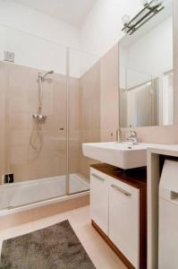 A bathroom at Modern Central Apartment