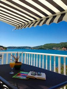 A balcony or terrace at Apartments Capitano Blue