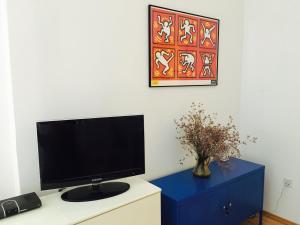 Télévision ou salle de divertissement dans l'établissement Studio Apartment Nala