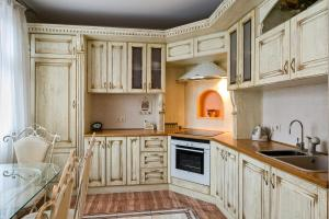A kitchen or kitchenette at Apartment on Snezhnaya 17