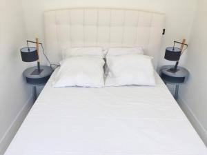 Ein Bett oder Betten in einem Zimmer der Unterkunft Riviera home - Dalpozzo Lux