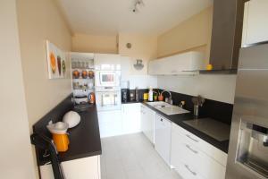 Kuchyňa alebo kuchynka v ubytovaní Riviera Le Fabron