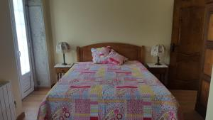 A bed or beds in a room at Casa do Souto
